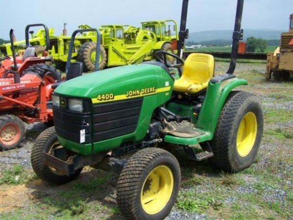41: John Deere 4400 Compact Tractor, Hydro : Lot 41