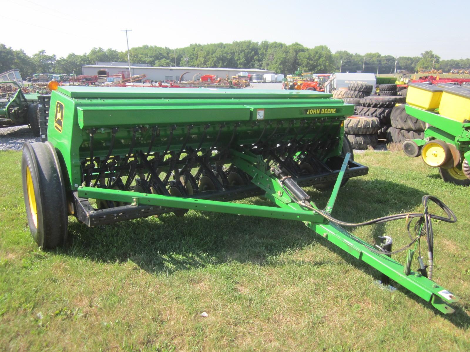John Deere 450 10.5' drill - Farm Equipment