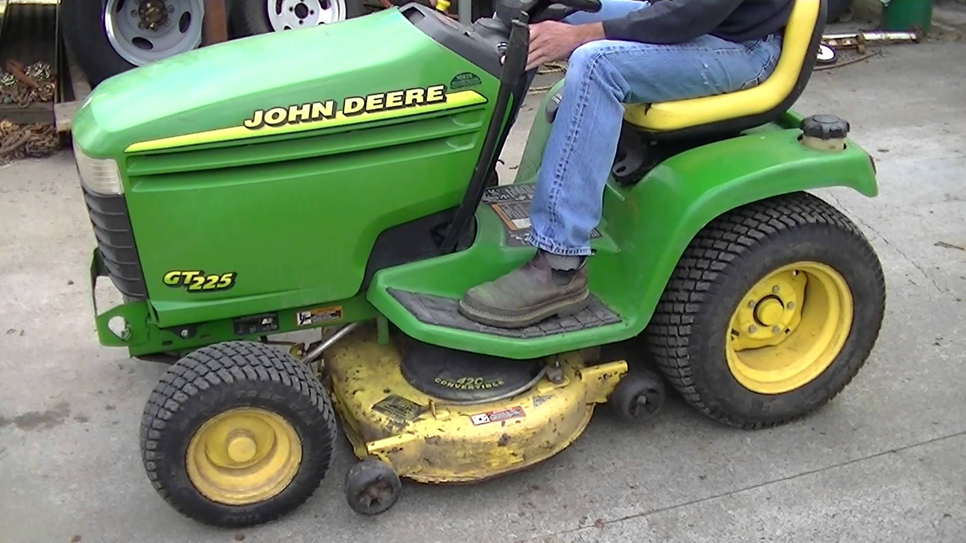 John Deere GT225 - YouTube