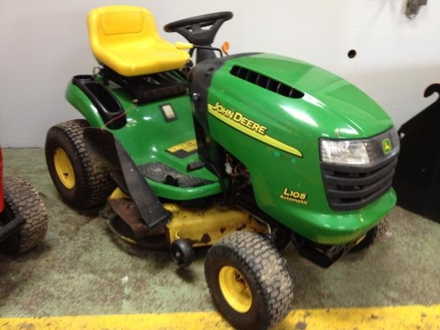 Riding lawn mower John Deere L105 - technikboerse.com