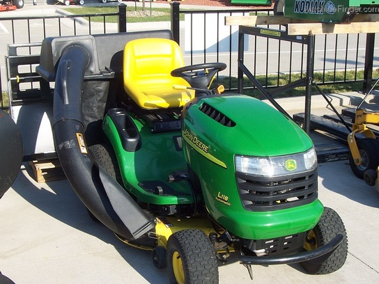 2005 John Deere L118 Lawn Tractor with 42