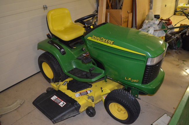 John Deere LX280 18hp Riding Lawn Mower : Lot 65P