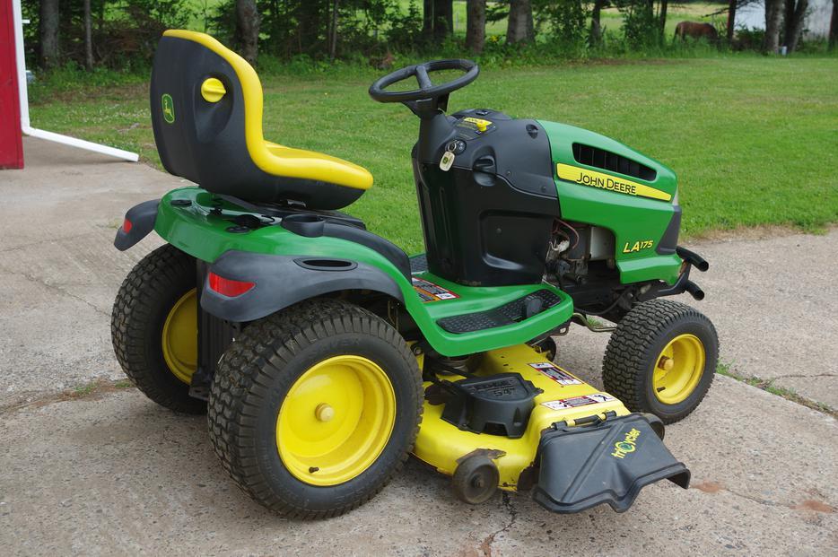 2009 John Deere LA175 Lawn Tractor QUEENS COUNTY, PEI