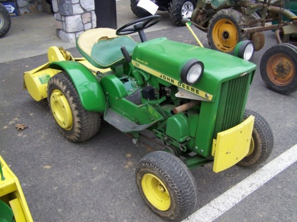 114: John Deere 110 Lawn and Garden Tractor Like New : Lot 114