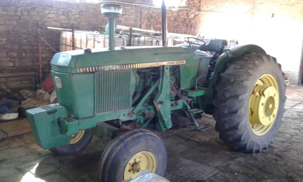 3141 John Deere Tractor with Hydraulic Loading Bucket ...