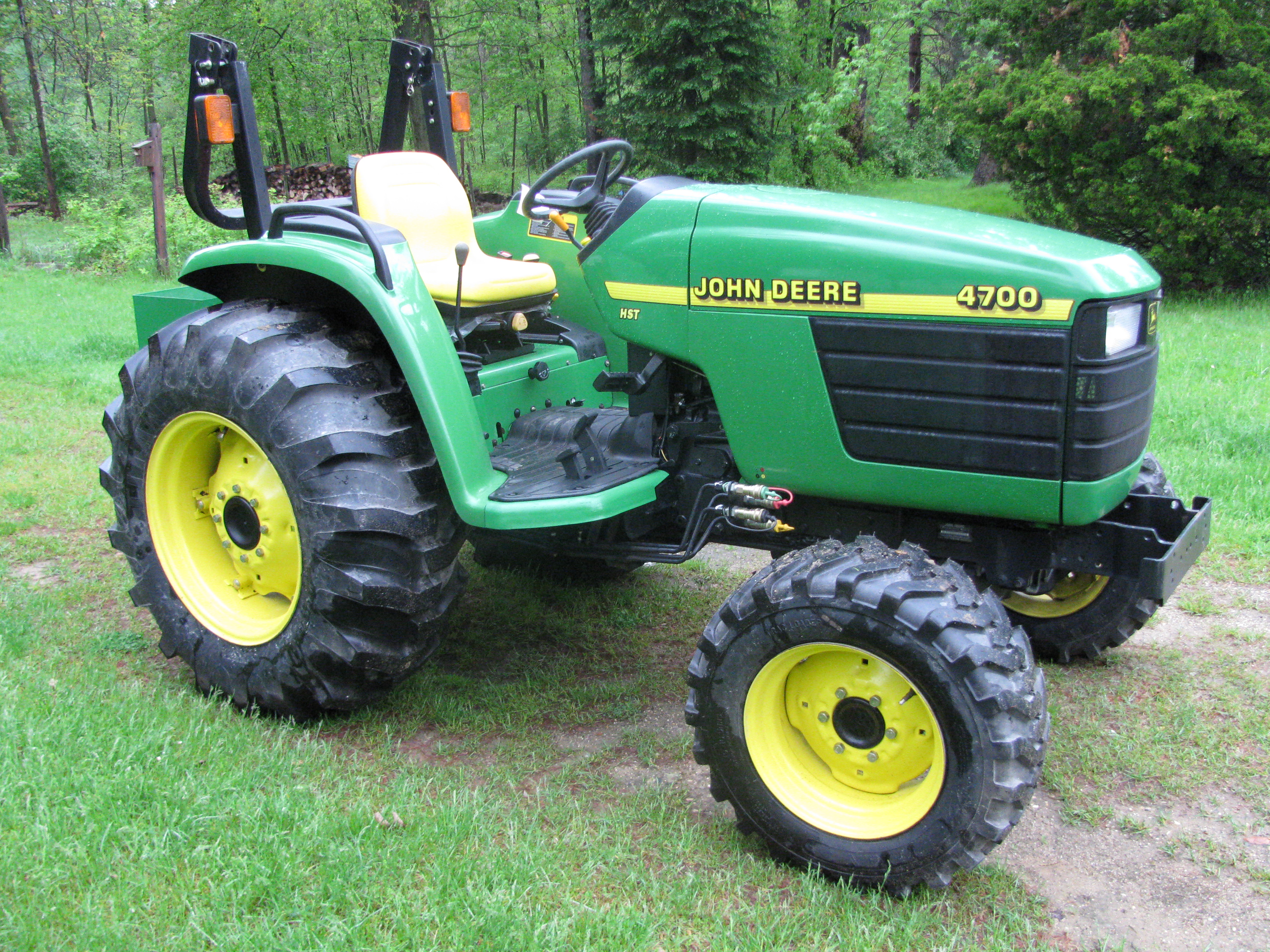 John Deere 4700 Photo Gallery - TractorByNet.com