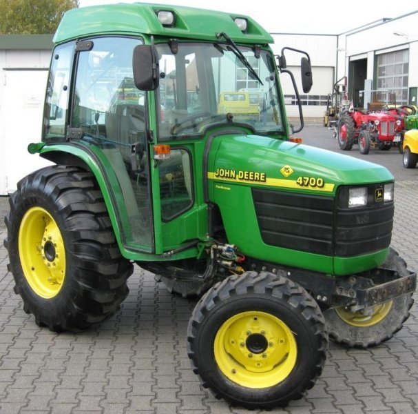 Municipal tractor John Deere 4700 - technikboerse.com