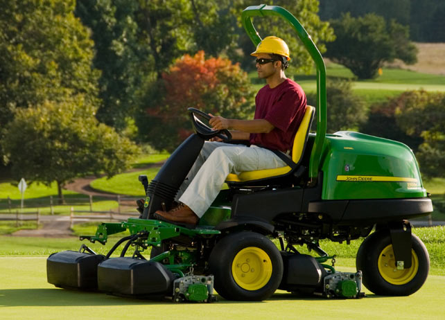John Deere 2500E E-Cut Hybrid Diesel Riding Greens Mowers