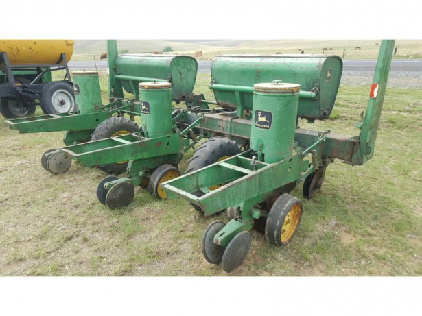 Complete and working. 3 Row John Deere 7000 Maize planter. Tyres: 7.60 ...