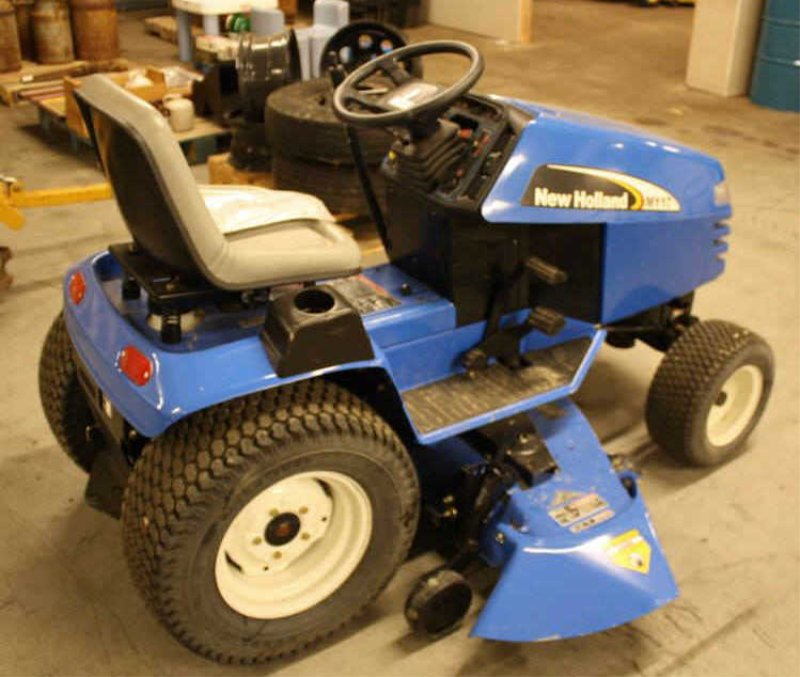 LOT #52 - NEW HOLLAND MY17 RIDING LAWN MOWER LIKE NEW
