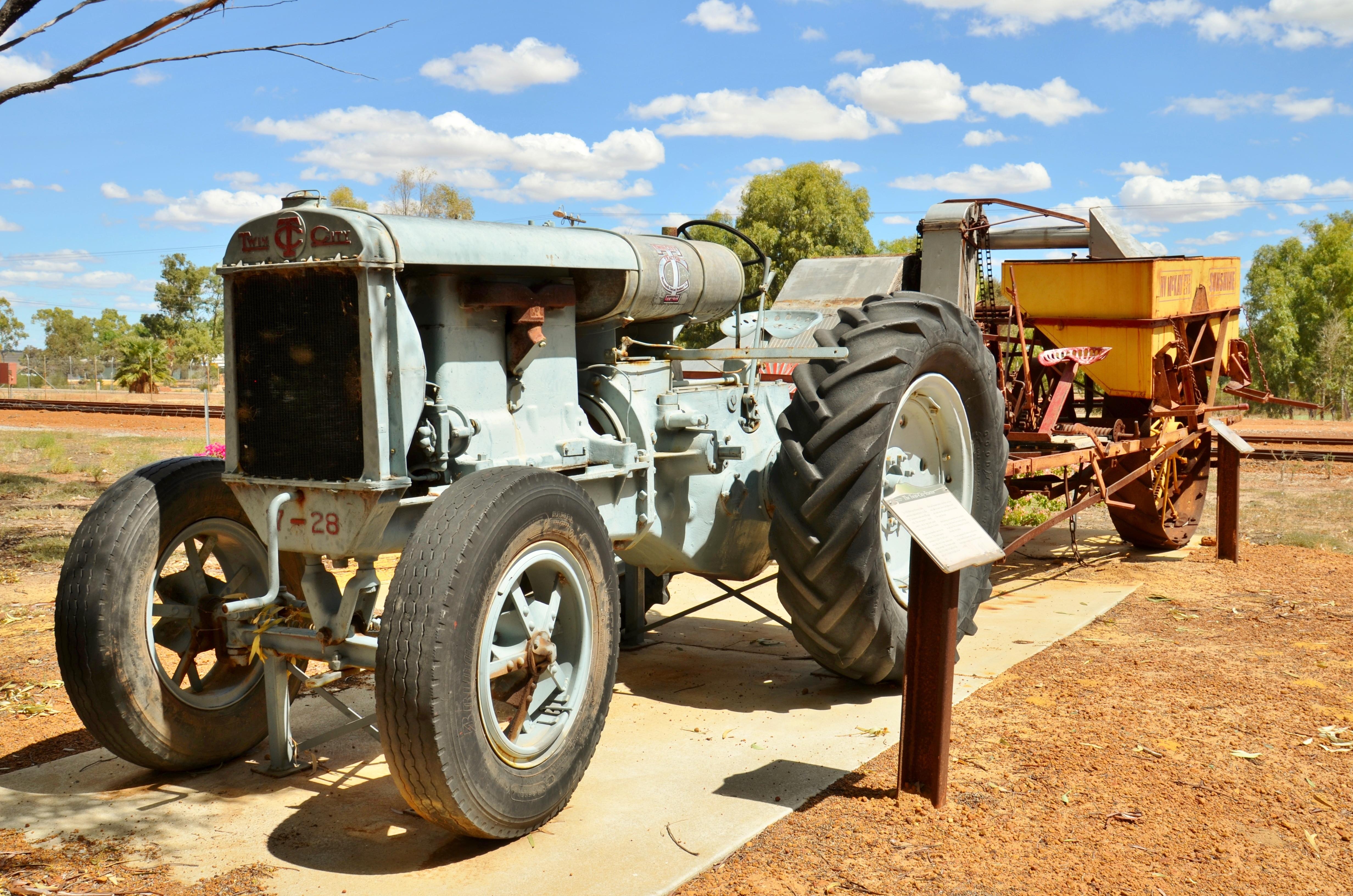 Datei:1926 Twin City tractor + Sunshine harvester, Wongan ...