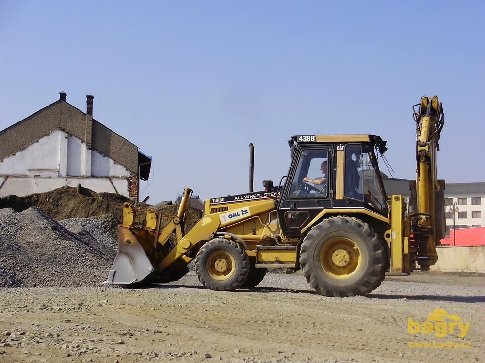 Rypadlo-nakladač Caterpillar 438B firmy OHL ŽS / Rekonstrukce v ...
